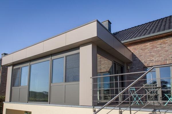 Annexe avec bardage en panneaux pour une extension de maison
