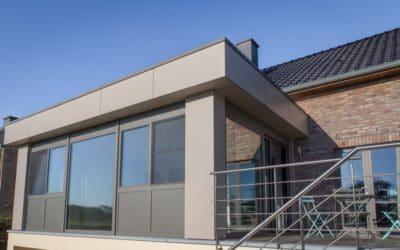 Modernité assurée avec la pose d'un bardage en panneaux pour habitation et extension