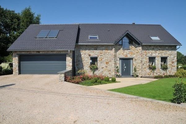 Pose de châssis de fenêtres, portes et porte de garage pour une nouvelle construction