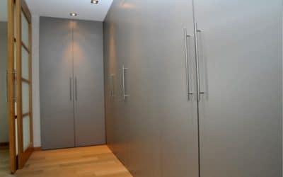 Réalisation d'un dressing et de meubles sur mesure derrière des portes coulissantes