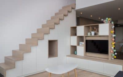 Création d'un escalier incluant rangements et meuble de télévision sur-mesure