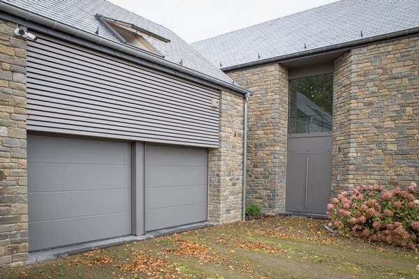 Porte de garage en aluminium pour une nouvelle construction