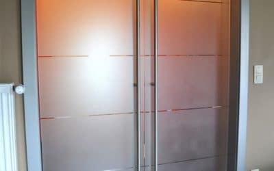 Pose d'une porte en bois et porte vitrée pour un intérieur design
