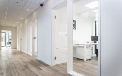 Création de portes, cloisons et meubles sur mesure pour les bureaux Trageco à Waimes