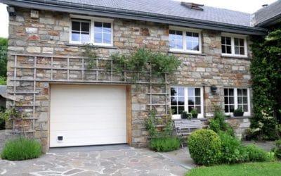 Aménagement extérieur comprenant pose de châssis et porte de garage