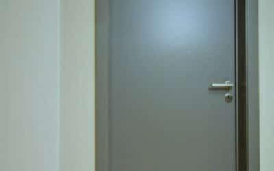 Pose de nouvelles portes design lors d'une rénovation