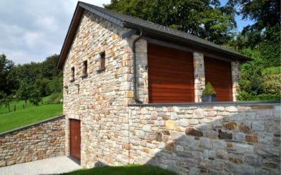 Annexe moderne avec la pose d'un bardage pour portes de garage