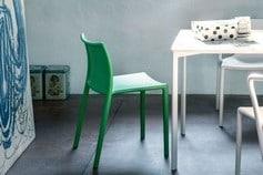 Table blanche et chaise verte Magis
