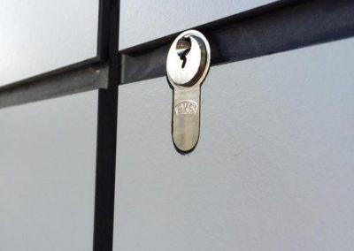 Intégration d'une porte invisible dans un bardage en panneaux Trespa collés