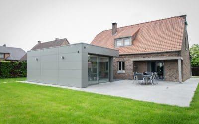 Annexe design et moderne en ossature bois avec châssis et protections solaires