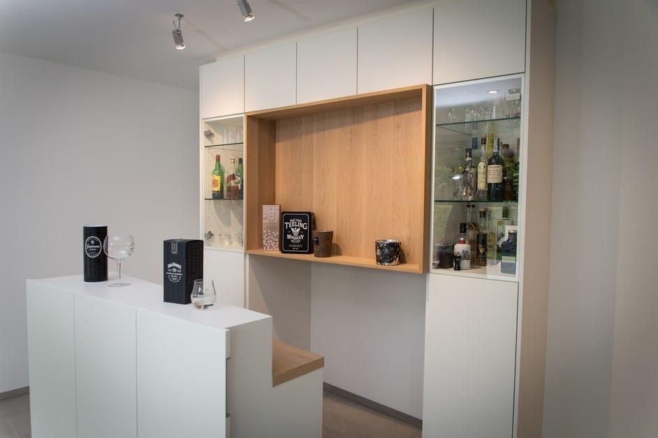 Meuble de bar design laqué blanc et chêne naturel avec comptoir mobile et support TV intégrés