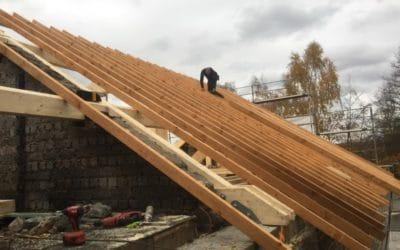 Pose d'une toiture neuve sur un bâtiment affecté par un incendie à Malmedy