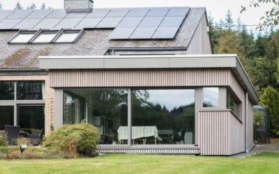Bardage en bois et châssis en aluminium pour une annexe moderne et design