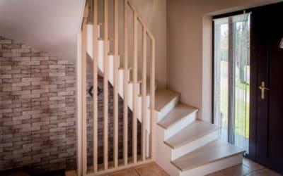 Escalier en chêne huilé naturel mat, avec son garde-corps en lattes ajourées