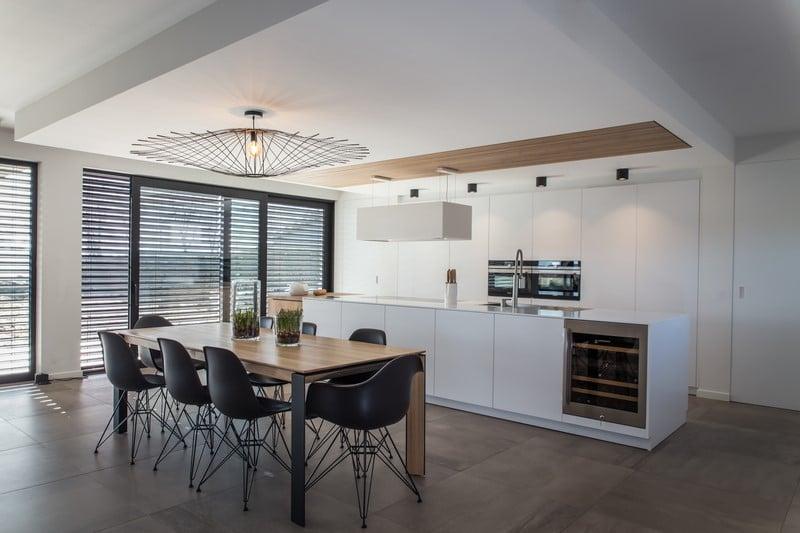 Tabourets intégrés dans cette cuisine sur-mesure au design épuré