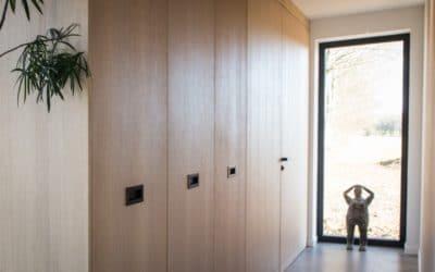 Dressing/vestiaire en placage chêne, avec sortie totale du rangement, et porte invisible donnant accès au WC
