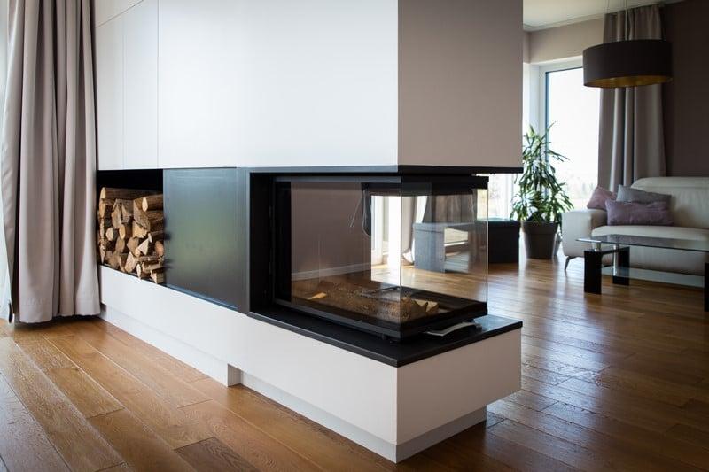 Habillage d'un poêle intégrant meuble tv et rangement pour buches