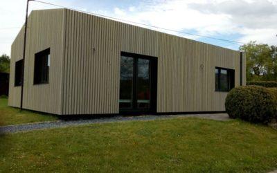 Rénovation complète d'un bungalow comprenant la pose de nouveaux châssis en PVC, l'isolation par l'extérieur (système Sarking) et la pose d'un nouveau bardage en bois ajouré