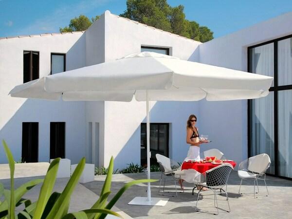 Parasol blanc Caravita (chez Alain Rosen, à Malmedy)