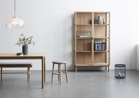Table, tabouret et bibliothèque Hübsch
