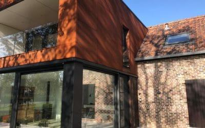 Bardage en acier corten et panneaux Trespa pour une maison entre tradition et modernité